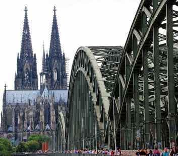 cologne-cathedral-hohenzollern-bridge-love-locks-arch-161026.jpeg